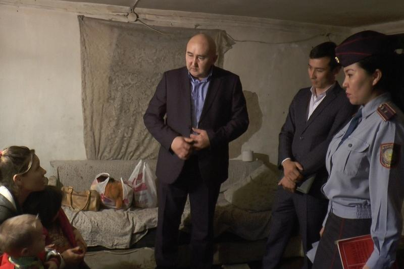 Алматы полициясы ішкілікке салынған отбасыдан балаларын алып кетті