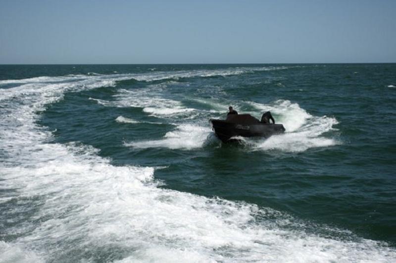 边检人员在里海海域拦截一艘非法越界的俄罗斯快艇
