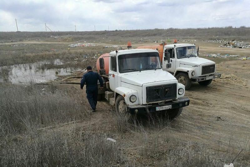 В Атырау разыскивают сливавших нечистоты в районе аэропорта