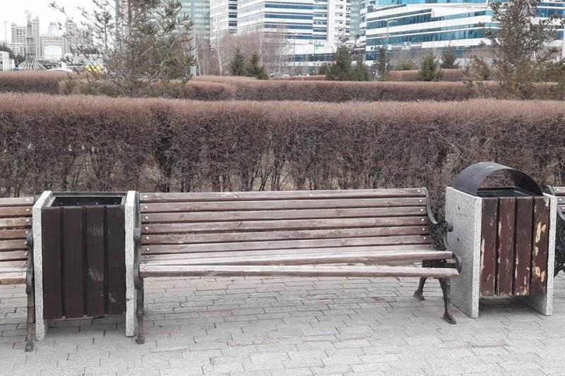 Скамейки у Байтерека в Астане разбили не вандалы