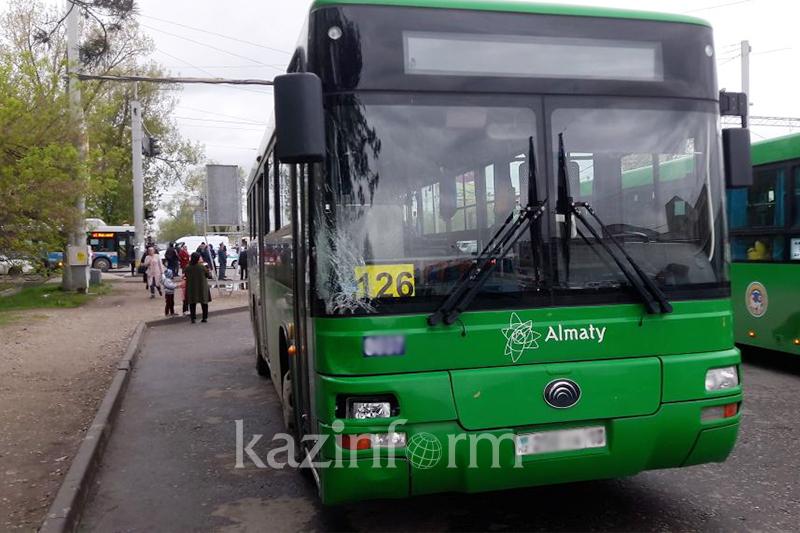 Алматыда бойжеткенді қағып өлтірген автобус жүргізушісі кінәсін мойындады