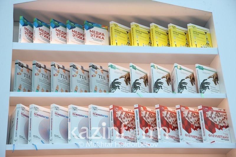 «100 оқулық»: Қарағанды колледждеріне қазақ тіліне аударылған кітаптар жетті