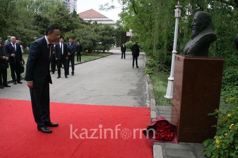 Кайрат Абдрахманов возложил цветы к памятнику Абая в Пекине