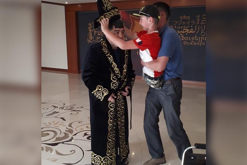 Қазақстандық «Ник Вуйчич» Марадонаға шапан сыйлады