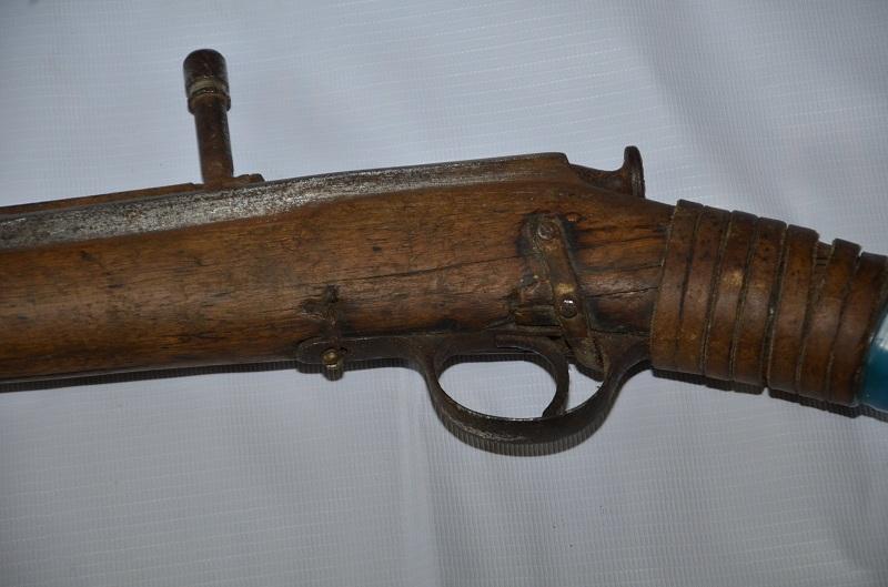 卡拉干达居民向警方上缴一杆拥有135年历史的老枪