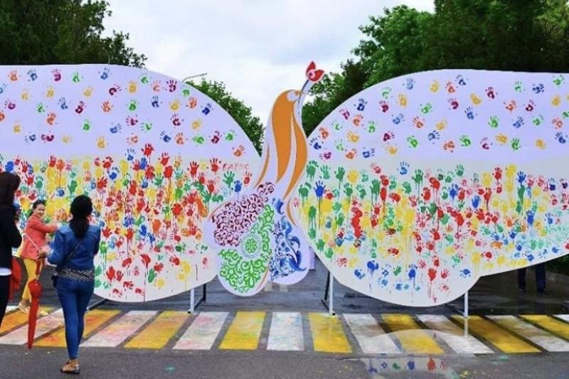 В Шымкенте создали панно «Рука дружбы»