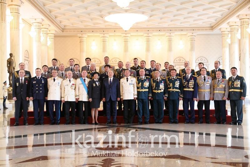 纳扎尔巴耶夫总统在总统府主持高级军衔授衔仪式