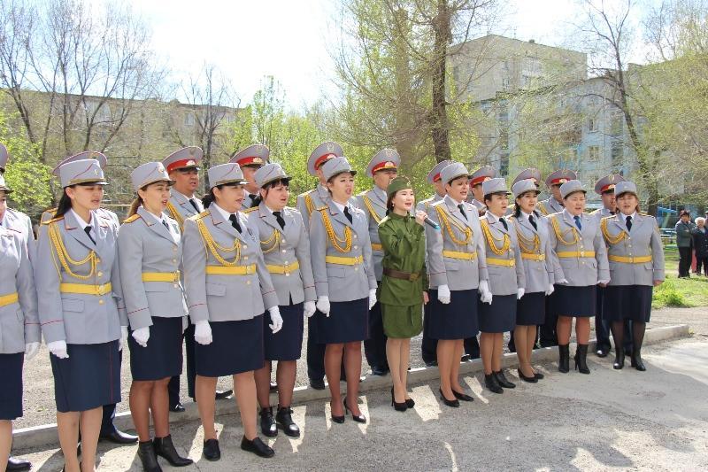 Девушки в погонах спели под окнами ветеранов в Усть-Каменогорске