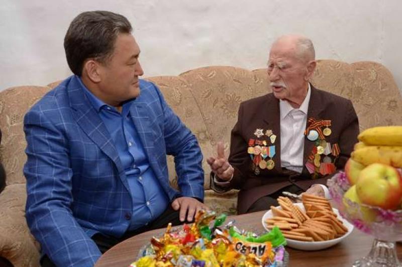 Ветеран Кузьма Чуйкин рассказал фронтовые истории Булату Бакауову