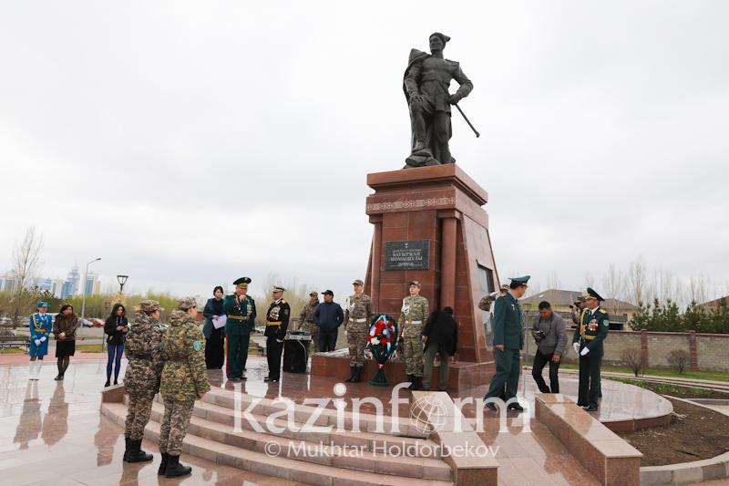 Ветераны возложили цветы к памятнику Бауыржана Момышулы в Астане