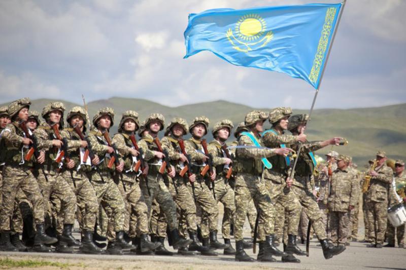 Казахстанцы в ожидании Боевого парада с участием Нурсултана Назарбаева