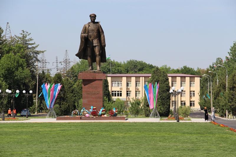 Ташкентте «темір генерал» Сабыр Рақымовтың ескерткіші орнына қайтарылды