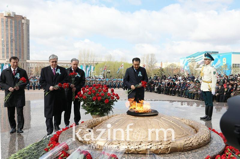 政府总理和议会议长向祖国保卫者纪念碑献花圈