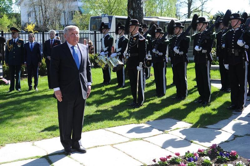 哈萨克斯坦大使向在挪威阵亡的苏联红军敬献花圈