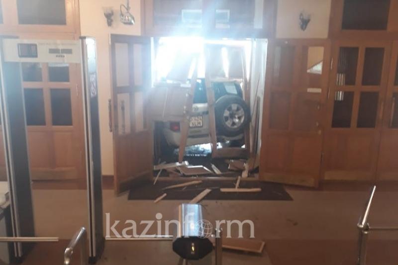 Внедорожник въехал в здание акимата в Актобе: водитель заплатит миллионный штраф