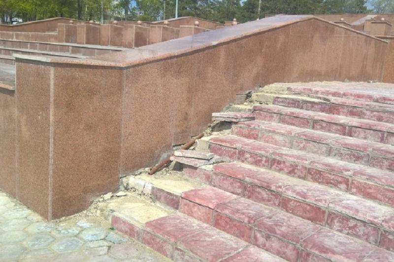 Реконструированный год назад фонтан рушится в Семее