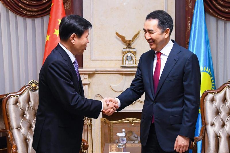 萨金塔耶夫会见中国国家税务总局局长王军