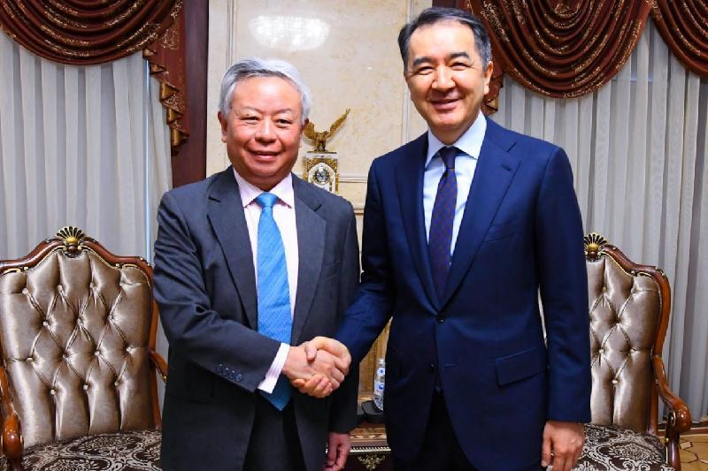 政府总理萨金塔耶夫会见亚投行行长金立群