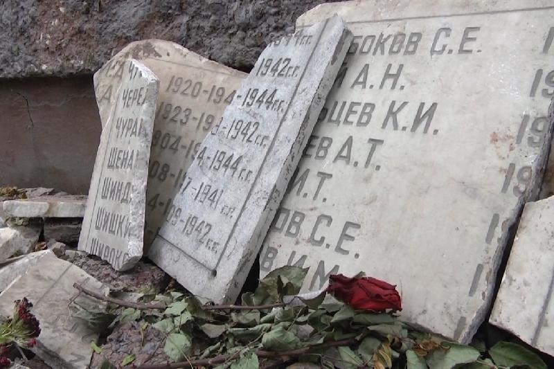 Разрушивших мемориал участников ВОВ вандалов разыскивают в Шымкенте