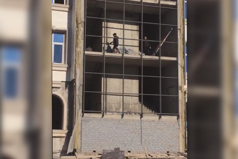 Недостроенные строительные объекты Астаны стали местом для игр детей
