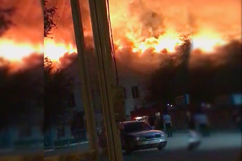 В Атырау сгорела крыша здания колледжа