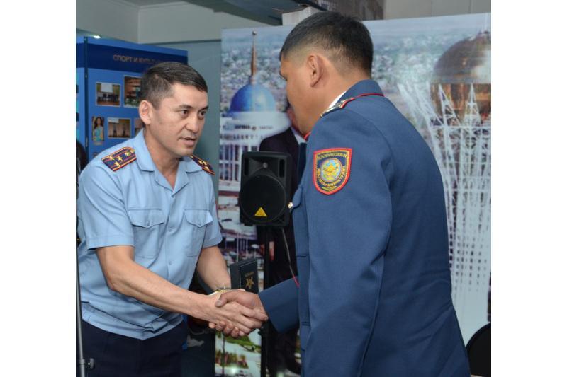 Спасших семью при пожаре полицейских наградили  в Карагандинской области