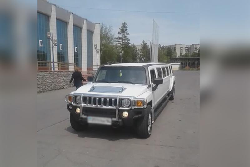 На лимузине сельских выпускников катали в Павлодаре