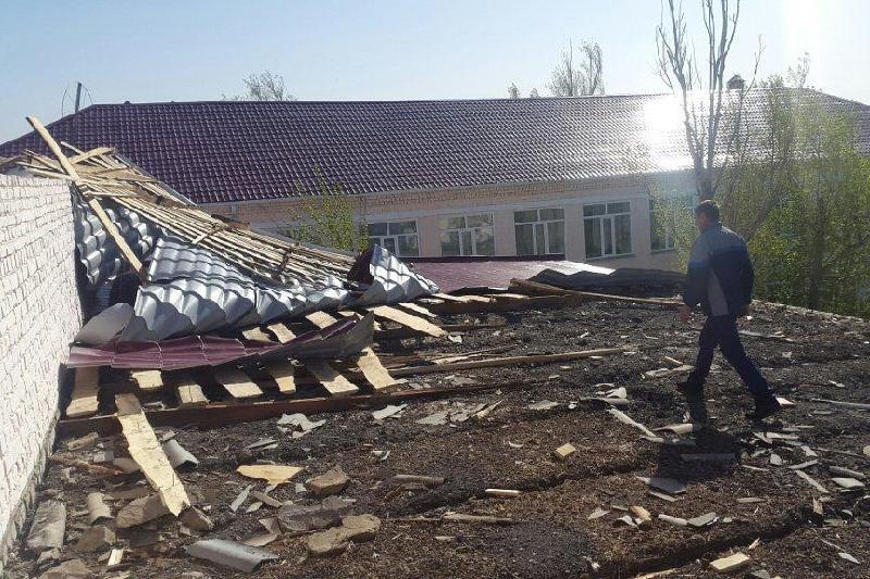 Ветер снес крыши с акимата и тубдиспансера  в Атырауской области