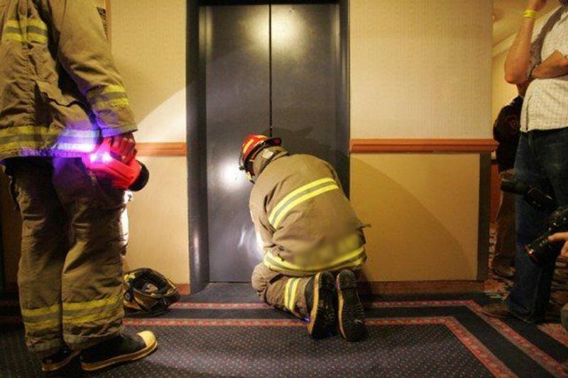 Спасатели Семея спасли застрявших ночью в лифте людей