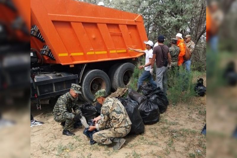 Волонтеры на берегу Урала собрали 15 тонн мусора