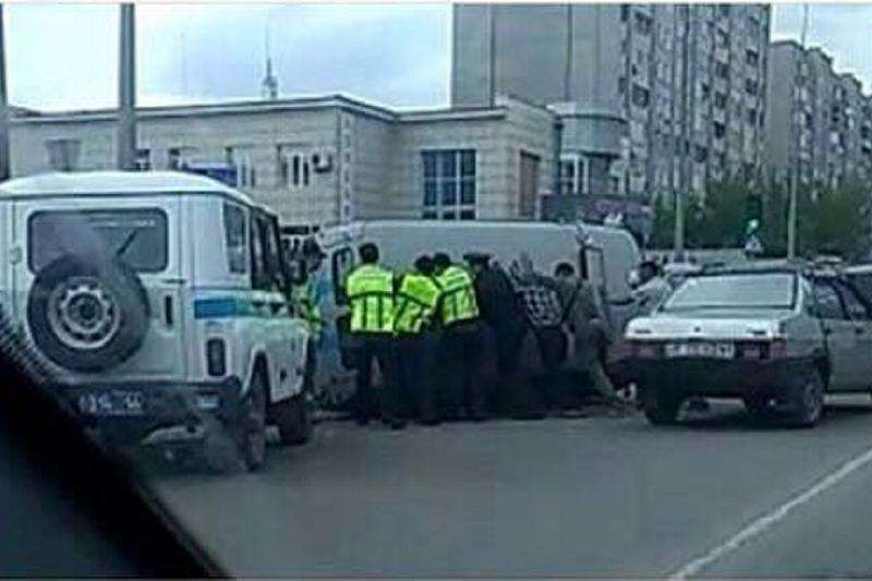 Полицейская машина перевернулась после столкновения со скорой в Семее