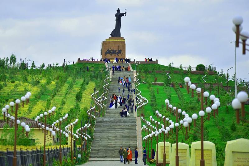 Акимы ЮКО и Шымкента поздравили жителей третьего мегаполиса