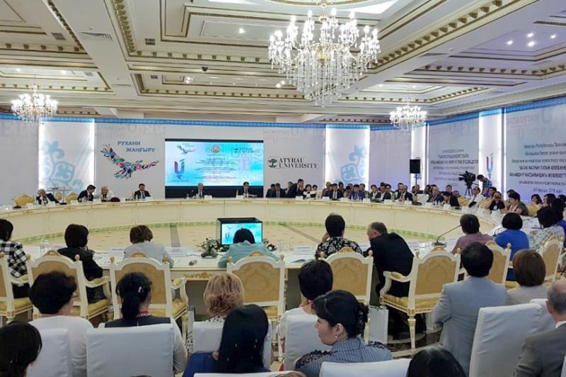 О переходе на латиницу говорили на международной конференции в Атырау