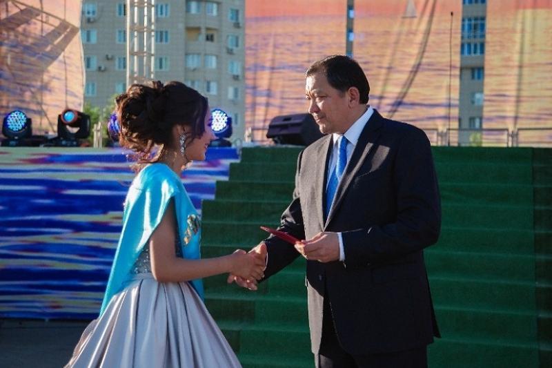 154 выпускника атырауских школ получили знак отличия «Алтын белгi»