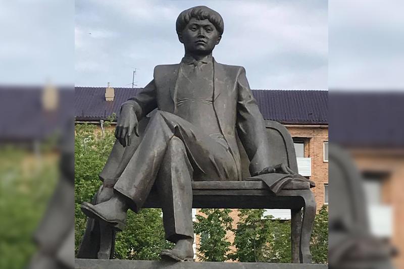Памятник Магжану Жумабаеву открыли в Петропавловске