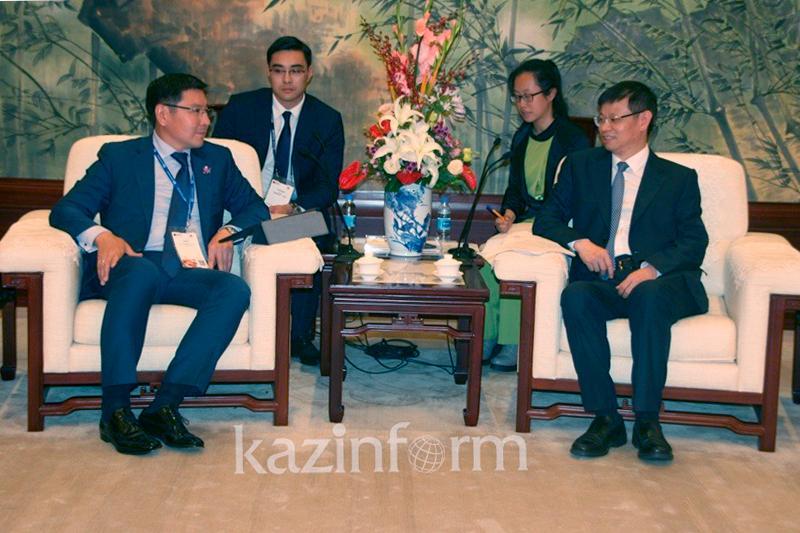 副总理朱玛哈利耶夫同上海副市长许昆林