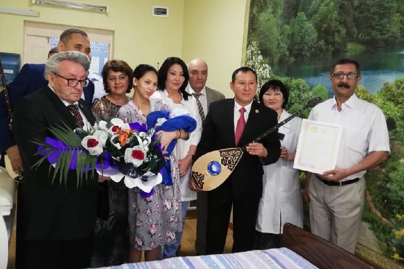 Роженицам в Алматы подарили по домбре в честь праздника