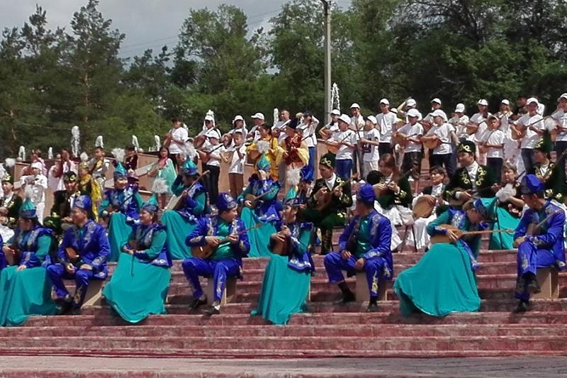 Национальный день домбры отметили на набережной Иртыша в Семее
