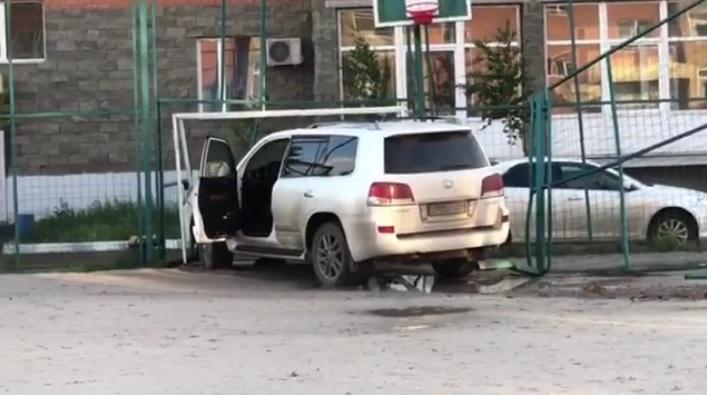 Lexus протаранил ворота детской площадки в Кокшетау