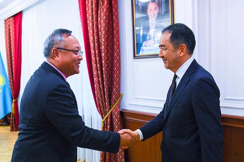 政府总理萨金塔耶夫会见新加坡外交代表