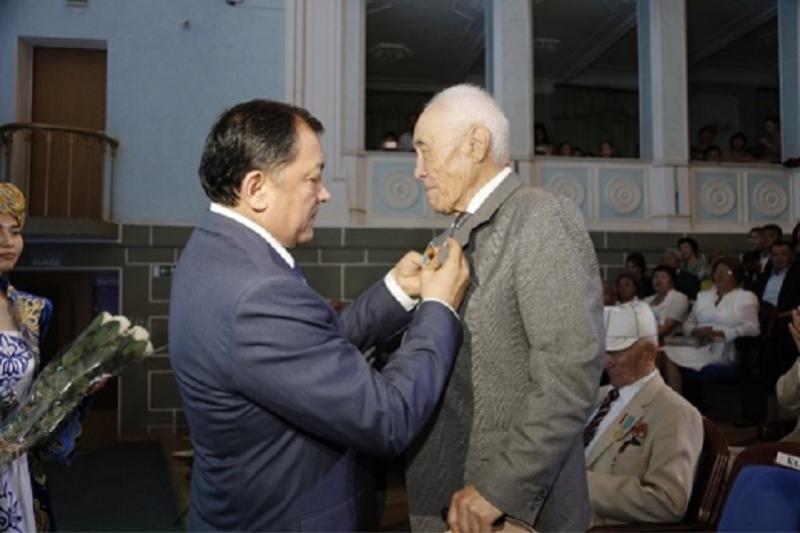 Юбилейные медали «20 лет Астане» вручили жителям Атырауской области