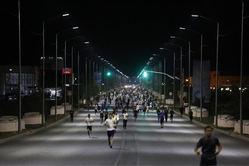 Около 2 тысяч бегунов приняли участие в первом ночном марафоне в Атырау