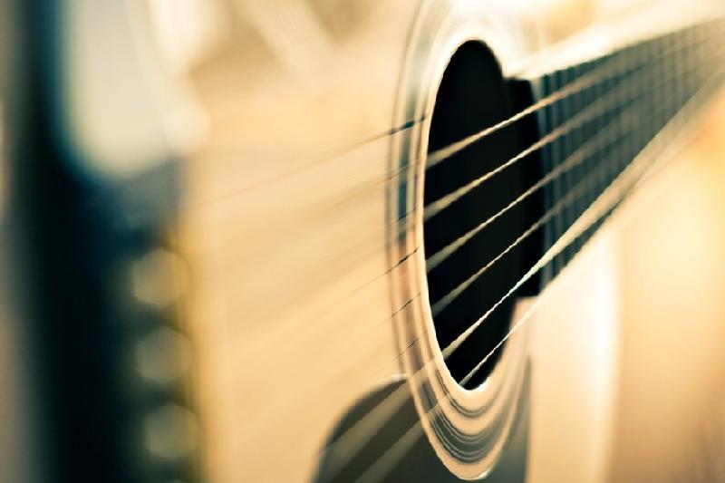 Отец избил гитарой дочь в Атырау