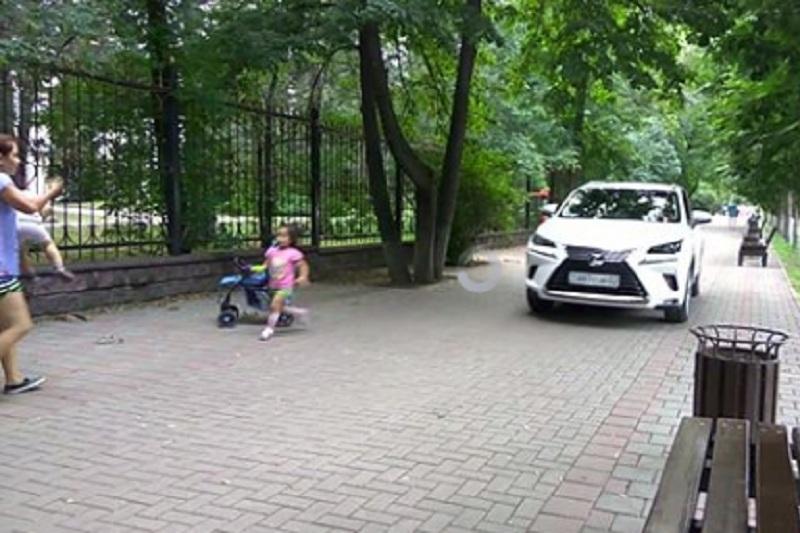 Едва не сбившая детей автоледи на Lexus допустила еще одно нарушение