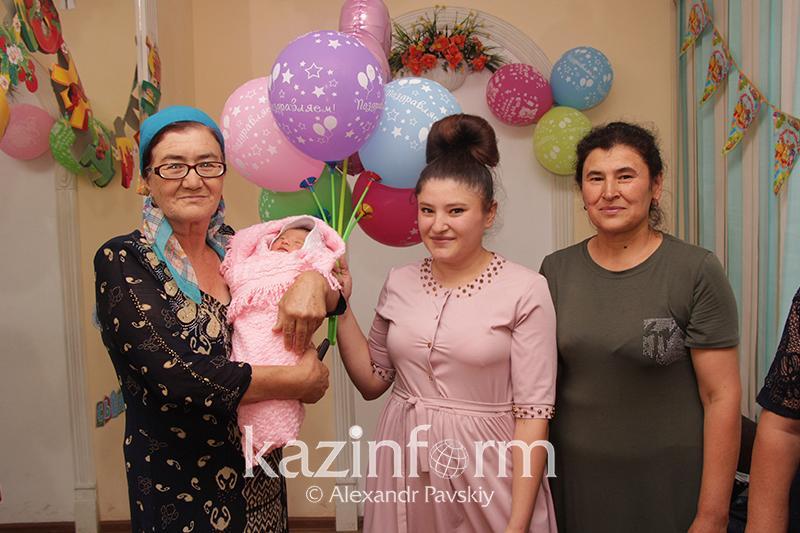 Родившая на вокзале в Алматы назвала дочь в честь врача