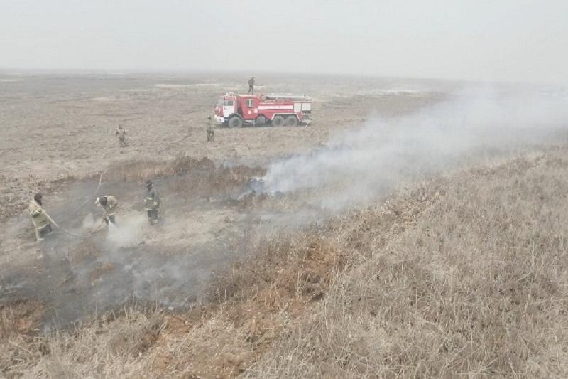 Около 18 гектаров резервата горят в Атырау