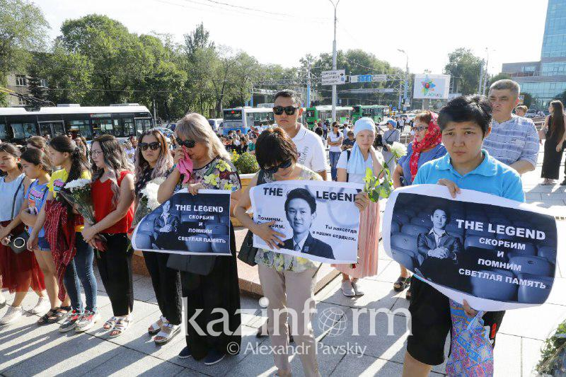From early morning, hundreds of people coming to say farewell to Denis Ten