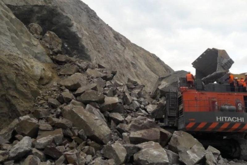 Экскаватор вместе с машинистом завалило горной породой в Акмолинской области