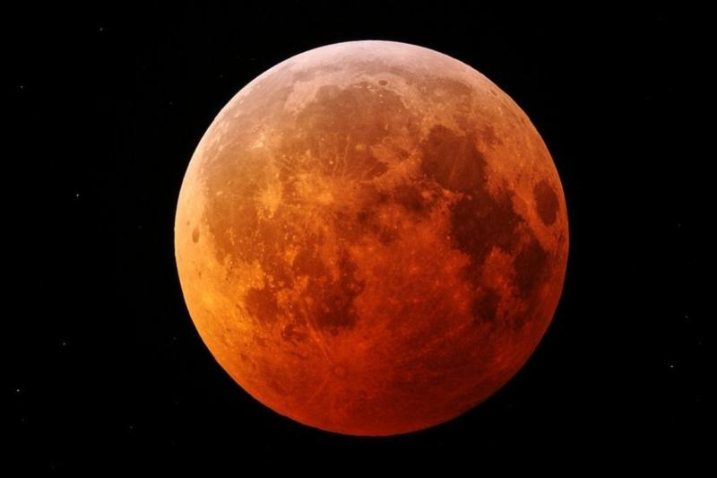 """哈萨克斯坦人将于27日观赏""""血月""""奇观"""