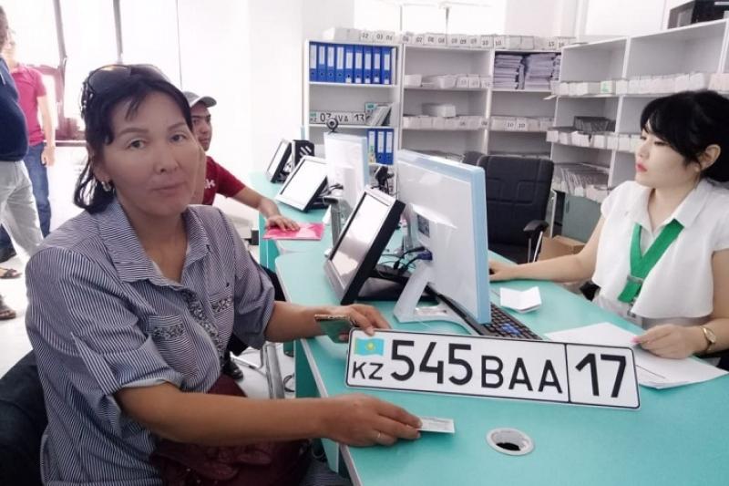 50 шымкентцев получили госномера с числом «17» за первый день
